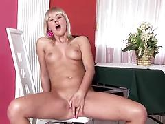 Big assed blonde diva moans with orgasm while teasing her pussy